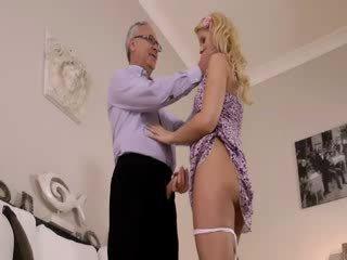 Super kuuma blondie todella gets imevien varten vanha jim päällä a sohvalla