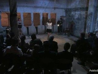 A istaba pilns no cilvēki un sarah