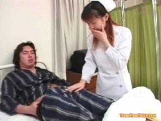 Oriental perawat bermain mati