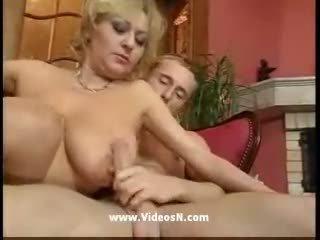 Jong guy en oud mam