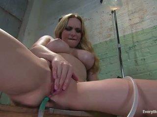 Anaal antics aiden starr fucks haar eigen bips met water