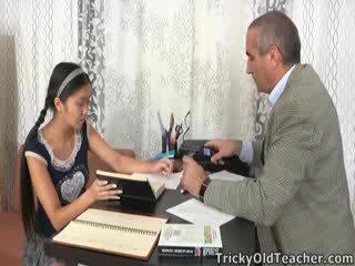 Ce asiatique étudiant est loving la attention à partir de son tuteur