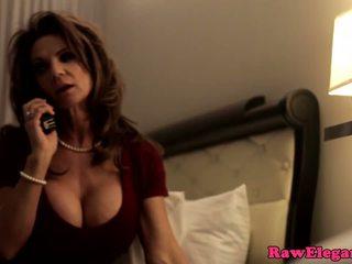 Dojrzała gwiazda porno deauxma squirts w pończochy