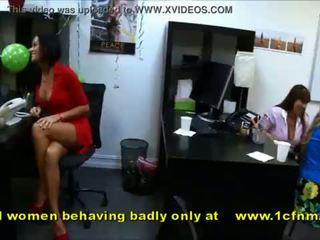 Amateur meisjes zuigen strippers behaving zeer badly