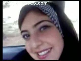 E lezetshme arabe adoleshent shfaqje cica në makinë