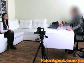 Fakeagent raven haired аматьори talked в секс и jizzed над в кастинг