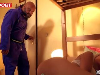Letsdoeit - sexy tiener banged hardcore door boos housekeeper in hostel