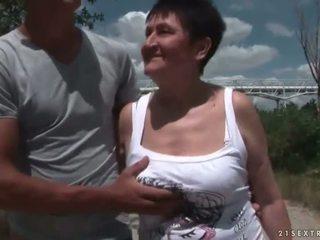 Barmfager bestemor knulling henne unge boyfriend utendørs