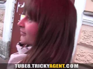 Tricky agent - een meisje rescued van de regen gets seduced!