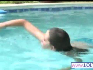 Brooke di itu berenang kolam renang