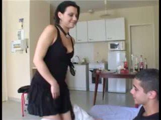 Il prend la fille par surpresa et ejacule dans sa chatte