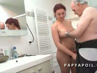 Papy mate un jeune pár avant de se faire pomper le dard