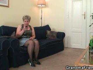 角质 奶奶 takes two cocks 在 一旦
