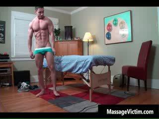 Super ホット bodied guy gets 油を塗った のために ゲイ