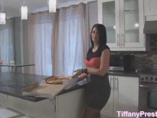 Pizza gutt brings pizza og hans kuk til tiffany