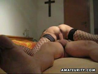 Rijpere en rondborstig amateur vrouw pijpen met anaal creampie