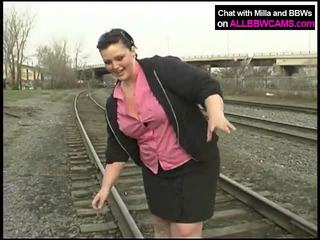 Tłusta księżniczka gets nagie na railway