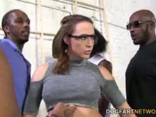 黑妞, 團體性交, 大胸部
