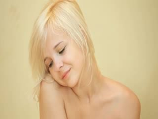 작은 인형 여성 성기 dildoing 단단한 여성 성기