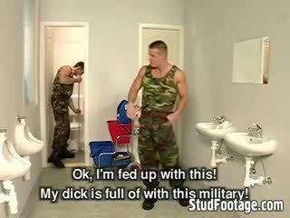 Tri vojenské guys sať každý ďalšie dicks a dostať fucked v the kúpeľňa