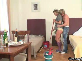 清洁的 女人 rides 他的 角质 迪克