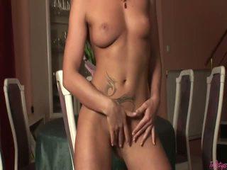 Blondīne pornozvaigzne uz melnas underware un zeķe masturbates