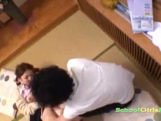 Ученичка licked и fingered от guy смучене негов хуй на на етаж в на roo