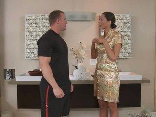 Ein groß massagist mit erstaunlich körper