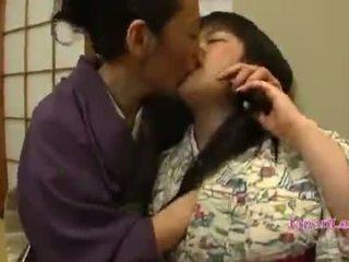 Aziatisch tiener in kimono gets haar tieten licked