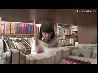 Schoolmeisje geboord door bibliotheek geek 01