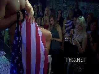 Cheeks en club baisée strip dancer
