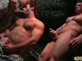 Bunker אנאלי זיון הומוסקסואל שלישיה