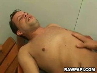 Homo barebacking avec yummy foutre unloading