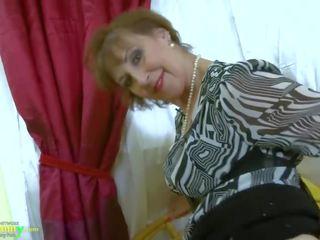 Oldnanny karstās uzbudinātas vecmāte seductive striptease