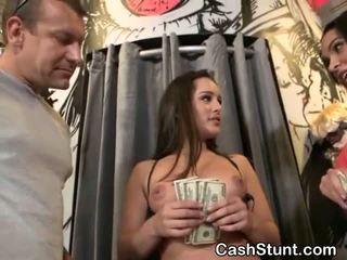 Brunette amateur suçage bite pour pognon pendant argent talks stunt