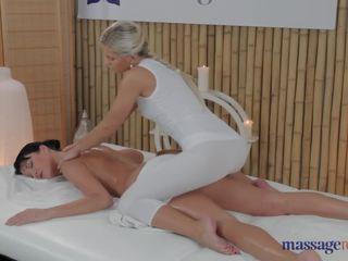 Lola e penelope a divertir-se com massagem
