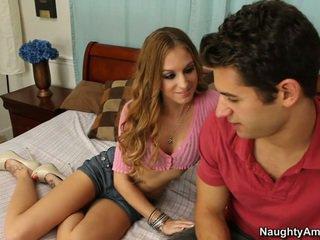 她 gets 它 什么时候 他 spreads 她的 腿