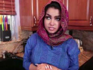 Pechugona arab adolescente ada gets follada duro