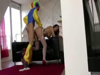 Mad clown baise euro sluts baise sur canapé