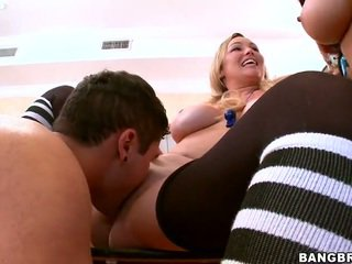 Krūtainas porno zvaigznes raid a kopmītnes