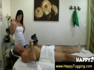Oud man enjoying de extra spa services