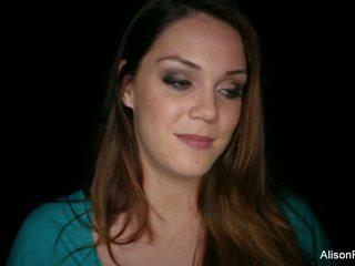 Za the sceny wywiad z piękne brunetka.