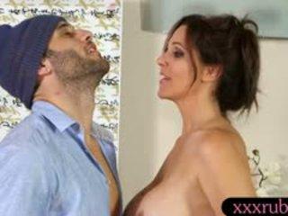 Grand nichons mature masseuse julia ann baisée par en chaleur client