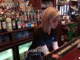 누구 원 에 씨발 a barmaid?