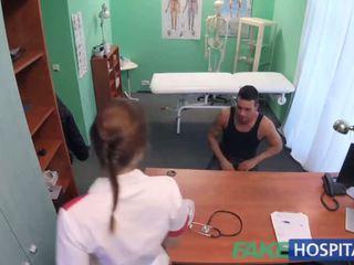 Fakehospital קינקי אחות helps חולה ejaculate על ידי מוצצת ו - מזיין