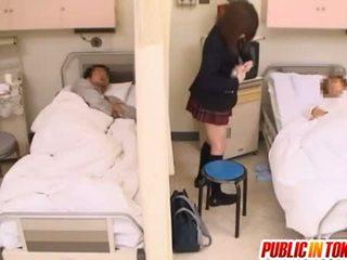 Ondeugend japans tiener gets geneukt in een ziekenhuis bed