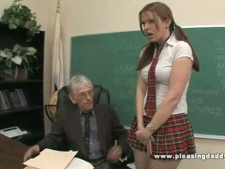 Студент fucks неприятен стар учител към минавам клас