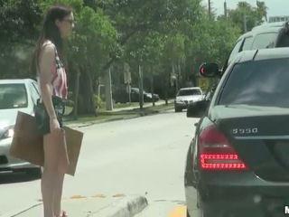 Hitchhiker chick tali dava publiek geneukt