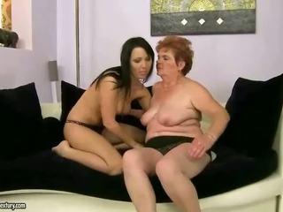 Perempuan tua dan remaja having lesbian kesenangan