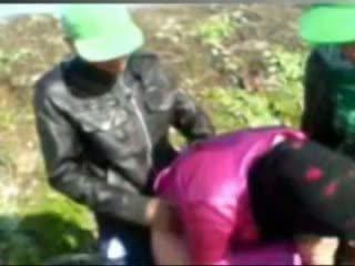 Fierbinte egiptean fata inpulit de tow man's în ferma
